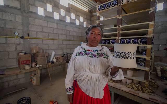 Romualda Blas Pérez es la única artesana que trabaja la cerámica en San Ildefonso Tultepec, Amealco.